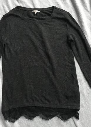 Удлинённый серый джемпер с кружевом