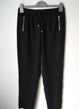 Зауженые к низу брюки на резине