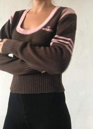 Шикарный свитер от спортивного бренда adidas.