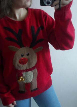 Новогодний свитер с оленем с колокольчиками