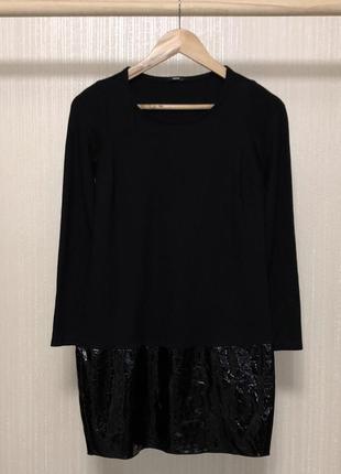 Отличное маленькое чёрное платье с лаковой вставкой по низу