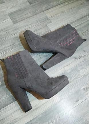 Стильные замшевые ботинки ботильоны челси h&m