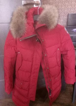 Куртка удлиненнаяс капюшоном.  отделка капюшона мехом енота.