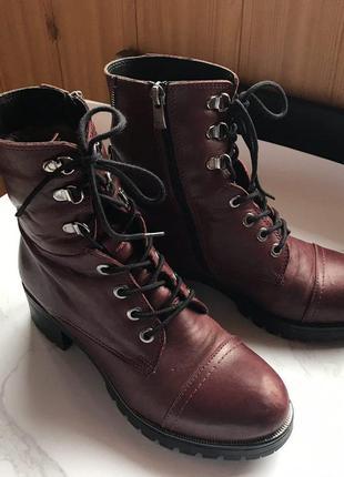 Бордовые зимние ботинки на грубой подошве с каблуком