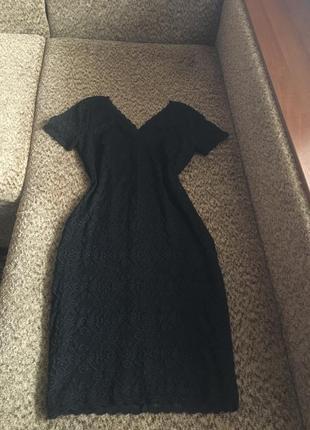 Чёрное гипюровое платье миди с v-образным вырезом