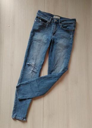 Актуальные рваные джинсы скинни  gap