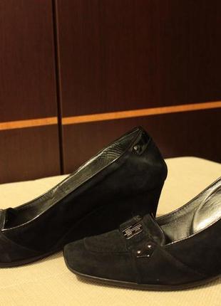 Туфельки на среднем каблуке от известного бренда.