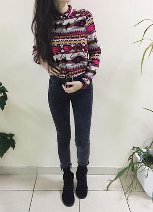 Трендовые черные джинсы с необработанными краем