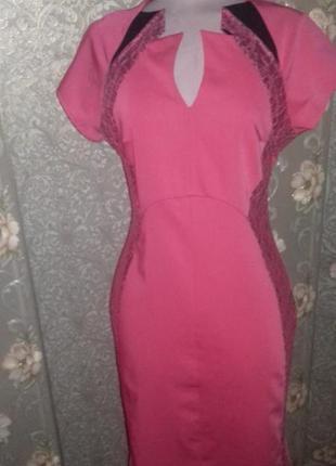 Эффектное платье-футляр со вставкой кружева