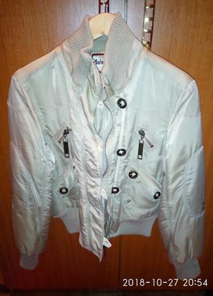 Куртка б/у. цвет бежевый, на синтепоне