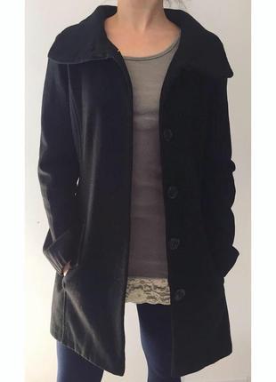 Черное пальто.