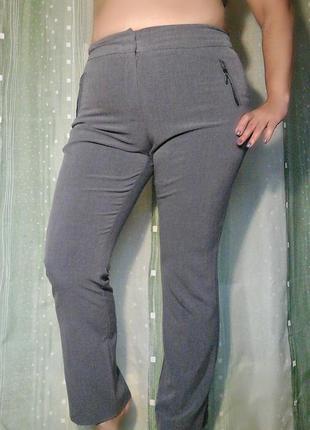 Серые стрейчквые брюки с карманами на молниях
