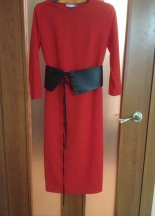 Красное платье с поясом корсетом