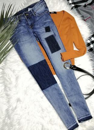 Стильные джинсы с необработанным низом и нашивками h&m