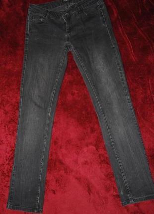 Стильные зауженные брендовые джинсы