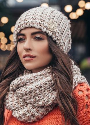 Комплект из вязаной шапки и шарфа-хомут крупной узорной вязки