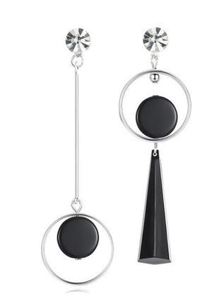 Длинные асимметричные серьги с черными геометрическими фигурами