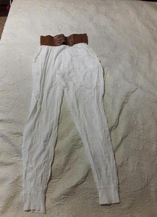 Белые летние штаны, немного светятся.