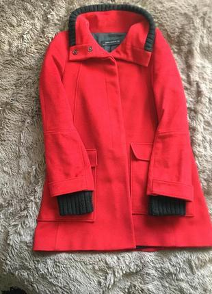 Красное пальто с вязанными манжетами и воротником