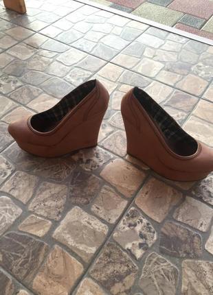 Супер крутые туфли на танкетке