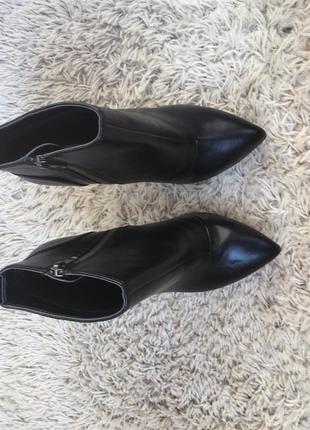Кожаные осенние сапоги на каблуке