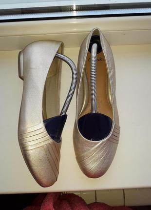 Золотистые балетки clarks