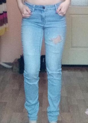 Рваные джинсы скинни зауженные