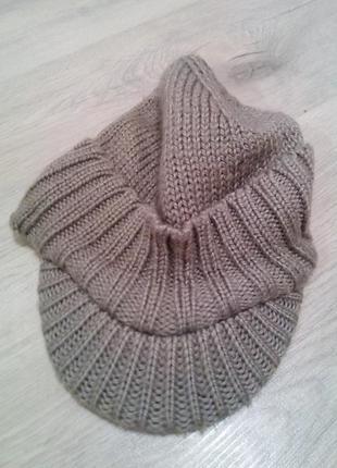 Теплая и стильная вязанная кепка.