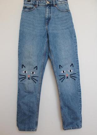 Monki джинсы бойфренд з котиками на коленях женские с высокой посадкой1