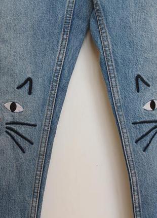 Monki джинсы бойфренд з котиками на коленях женские с высокой посадкой3