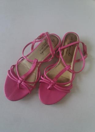 Розовые босоножки 39 размер