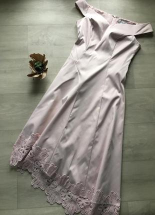 Красивое вечернее нарядное платье с открытыми плечами