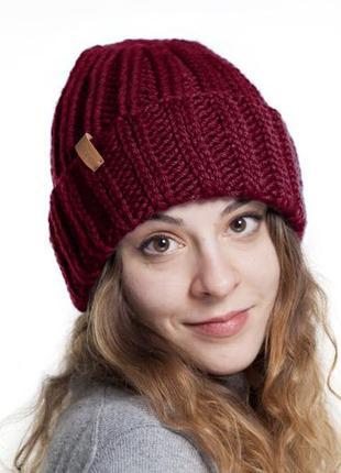 Бордовая теплая вязаная шапка с отворотом из мериносовой шерсти