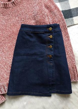 Обалденная ассиметричная джинсовая мини юбка на пуговицах