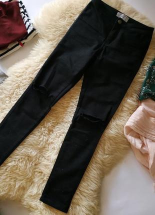 Актуальные джинсы с дырками на коленях