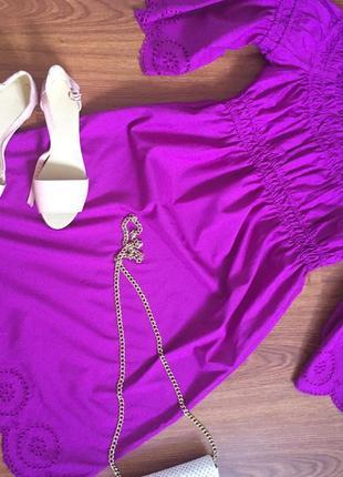 Платье с открытыми плечами в подарок