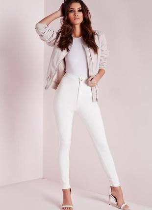 Белые джинсы с высокой талией