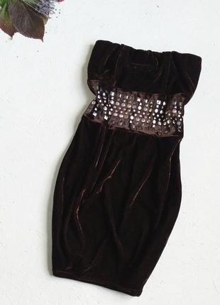 Красивое велюровое кофейное платье украшено пластинами