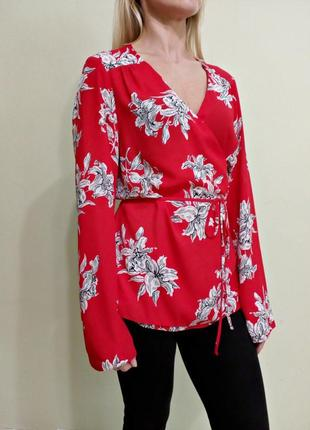 Красная блуза с длинными рукавами на запах