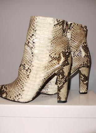 Zara ботинки на каблуке из натуральной кожи . змеиный узор .