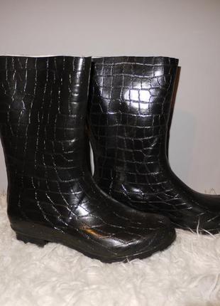 Качественные резиновые сапоги черные . под крокодила . на каблучке