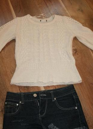 Нежный красивый свитер вязанный косами с кружевными рукавами