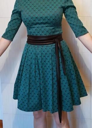 Зеленое платье с черным поясом, плотная ткань