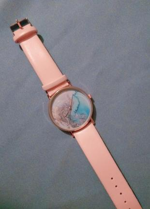 Розовые часы с космическим рисунком