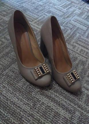 Туфли бежевые на маленьком и толстом каблуке