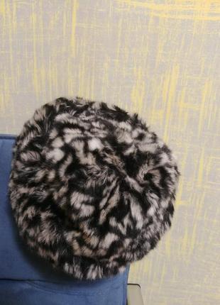 Модная меховая леопардовая шапка.