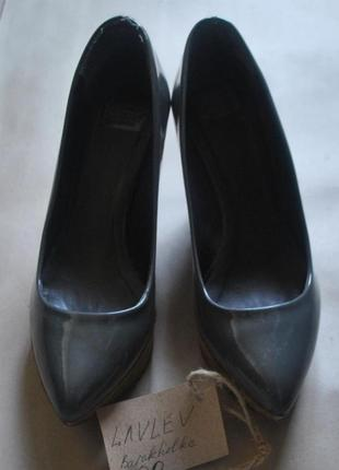 Лакированны серые туфли, танкетка - дерево