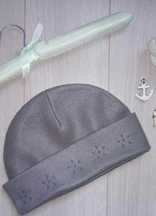 Серая флисовая шапка на весну-осень