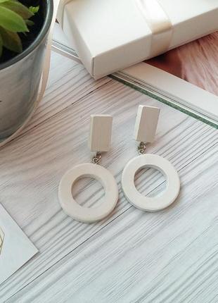 Стильні білі дерев'яні сережки