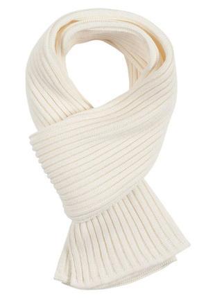 Белый шарф крупной вязки